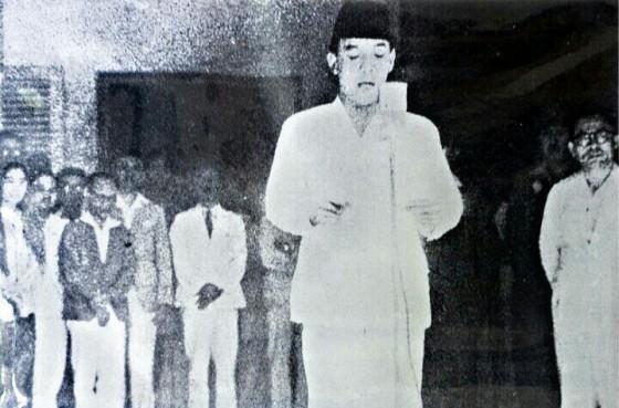 Ir. Soekarno membacakan naskah Proklamasi Kemerdekaan Republik Indonesia yang sudah diketik oleh Mohamad Ibnu Sayuti Melik dan telah ditandatangani oleh Soekarno-Hatta. (Sumber Gambar: wikipedia)
