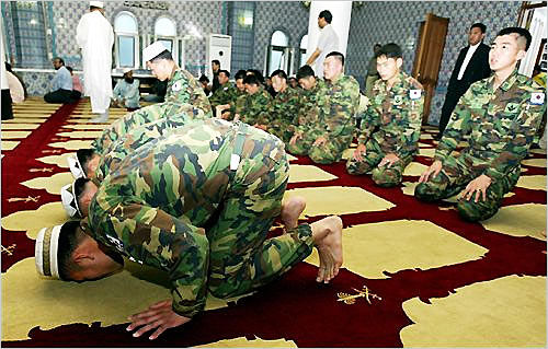 korean-muslim-soldiers-pray-at-mosque