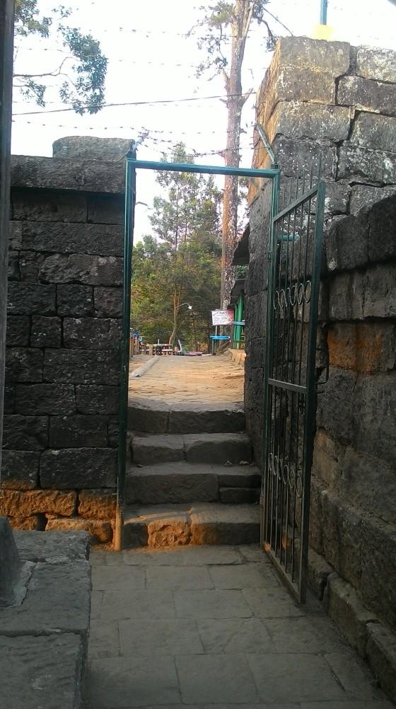 Aksed dari Candi Cetho menuju Komplek Puri Saraswati