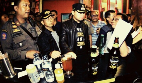 Wali Kota Bogor Bima Arya dan sejumlah petugas keamanan saat merazia tempat hiburan malam