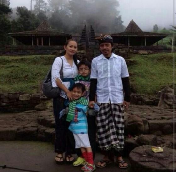 Dewa Budjana dan Keluarga saat mengunjungi Candi Ceto. Foto: twitter.com