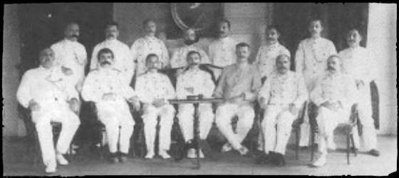 Loge Prins Frerik di Kota Raja - banda Aceh merupakan Loge perwira yang tidak mengherankan mengingat Perang Aceh masih berkecamuk. Di latar belakang terlihat gambar dari pemberi nama yakni Pangeran Fredrik, bekas Suhu Agung di Belanda. Foto ini berasal dari tahun 1908