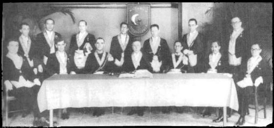 Foto khidmat dari tahun 1934. Dibelakang meja pengurus dari Loge Mataram duduk anggota bersuku Jawa yakni Yang Mulia Paku Alam VIII, Pangeran Soerjoatmodjo, Raden Soedjono Tirtokoesoemo dan R.M.A.A Tjokroadikoesoemo
