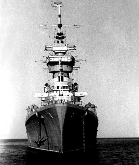 """Samudera Hindia, 1962. """"Ordzhonikidze"""" kapal jenis light cruiser yang kemudian dinamakan """"Irian"""". (Mobgenic.com)"""
