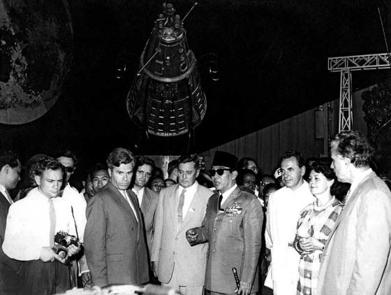 Kunjungan Bung Karno ke Rusia 1961, berada dalam sebuah paviliun pada pameran ruang angkasa di Moskow. (Mobgenic.com)