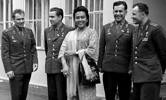 Istri dari Mayor Jendral Ahmad Yani berfoto bersama dengan Kosmonaut Soviet (dari kiri ke kanan) Gherman Titov, Andrian Nikolaev, Pavel Popovich dan Yuri Gagarin. (Mobgenic.com)