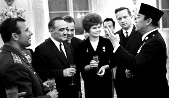 Presiden Soekarno dalam sebuah acara di Kremlin Moscow pada tahun 1964. Dari kiri ke kanan: U.S.S.R. Kosmonaut Yuri Gagarin, Chairman of the U.S.S.R. Supreme Soviet Anastas Mikoyan dan U.S.S.R. Kosmonaut Valentina Tereshkova. (Mobgenic)