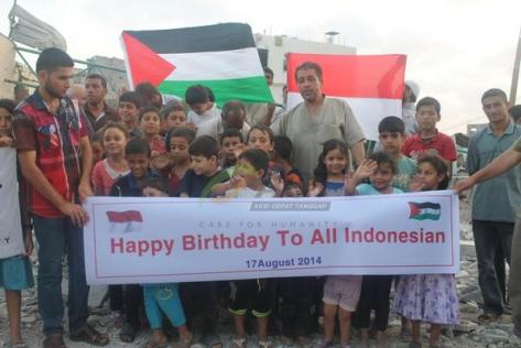 "Warga Palestina mengucapkan ""Happy Birthday to all Indonesia"". (twitter.com)"