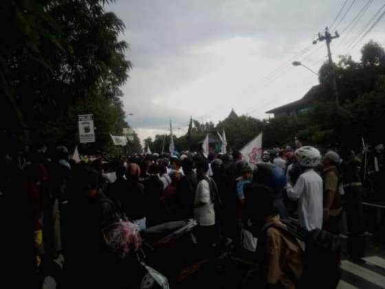 Umat Islam di kota Solo kembali menggelar aksi demonstrasi menuntut pemerintah membubarkan Densus 88 — muslimdaily.net
