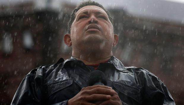 Presiden Venezuela Hugo Chavez berbicara di tengah guyuran hujan dalam kampanye terakhirnya di Caracas, dalam foto tanggal 4 Oktober 2012 ini. Chavez meninggal pada hari Selasa (5/3), setelah dua tahun mengidap kanker, mengakhiri 14 tahun kepemimpinannya di negara Amerika Selatan ini, Wakil Presiden Venezuela Nicolas Maduro mengumumkan berita duka ini lewat siaran langsung televisi. REUTERS/Jorge Silva