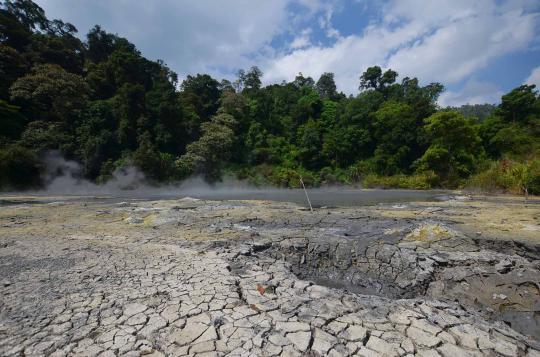 Suasana bekas camp lokasi Kartosoewirjo yang kini menjadi salah satu obyek wisata kawah Kamojang, di Kawasan Garut-Majalaya Jawa Barat.