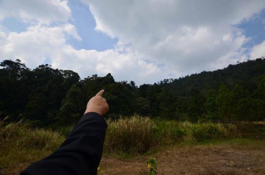 Bapak Sardjono menunjukkan gugusan pegunungan Bataraguru di kawasan wisata kawah Kamojang, di Garut-Majalaya.