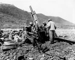 Senjata AS:Tentara Amerika Serikat mengawaki sebuah 105 mm howitzer, Uirson, Korea, Agustus 1950.