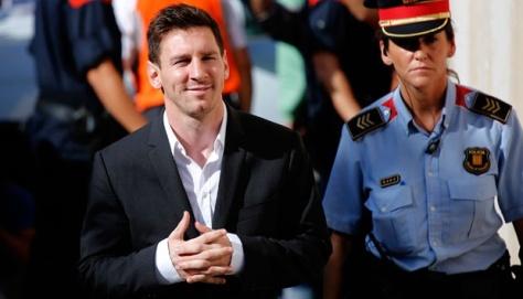 Pesepakbola Barcelona Lionel Messi (kiri) memenuhi panggilan sidang untuk menjawab pertanyaan dalam kasus penggelapan pajak di pengadilan Gava, Spanyol (27/9). Messi dan ayahnya mendapatkan surat panggilan dari pengadilan Spanyol untuk menjelaskan dugaan penggelapan pajak sebesar Rp 61 miliar ($ 5,3 juta) . (Tempo.Co via AP Photo)