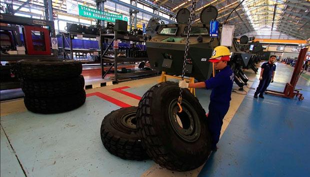 Perakitan kendaraan tempur lapis baja APC 6x6 Anoa 2 di Unit Produksi PT Pindad, Bandung, Jawa Barat, 23 Agustus 2014. TEMPO/Aditya Herlambang Putra