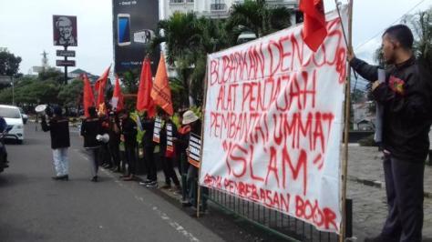 Gema Pembebasan Bogor melakukan aksi demo di depan Tugu Kujang di Jalan Pajajaran, Kecamatan Bogor Tengah, Kota Bogor, Selasa (22/3/2016). — tribunnews