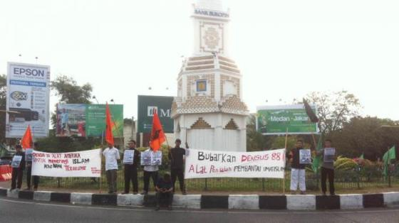 Massa dari Gerakan Mahasiswa (GEMA) Pembebasan Banda Aceh melakukan demo di bundaran Simpang Lima, Banda Aceh, Jumat (18/3/2016) sore. — tribunnews.com
