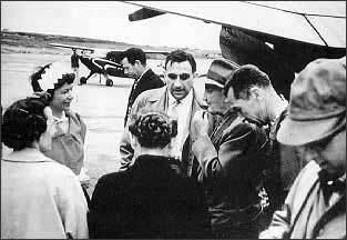 "Dr. Edward Teller, tengah (1908-2003), dijuluki sebagai ""bapak bom-H"" sering melakukan kunjungan ke Alaska . Dengan kedok penggunaan nuklir untuk tujuan damai ia melakukan uji-coba beberapa bom-H di Alaska dengan nama sandi Project Chariot .— Bayt al-Hikmah Institute"