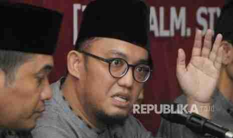 Ketua Umum PP Pemuda Muhammadiyah Dahnil Anzar Simanjuntak (kanan) bersama Anggota LIMA Ray Rangkuti (tengah) - Republika