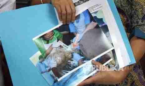 Komisioner Komnas HAM, Siane Indriani menujukkan hasil autopsi dari tim forensik Muhammadiyah terhadap jenazah Siyono di kantor Komnas HAM RI, Jakarta, Senin (11/4). (Rakhmawaty La'lang) - Republika