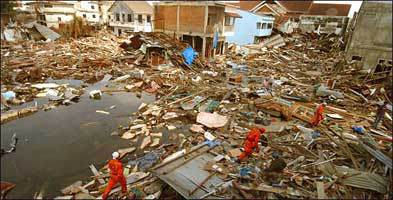 """""""Seperti Sebuah Medan Perang""""…. Sebagian dari kerusakan sebagai akibat Nuklir Tsunami yang menghantam Indonwsia pada tanggal 26 Desember 2004 yang membunuh hampir 300.000 orang. — bayt al-hikmah institute"""