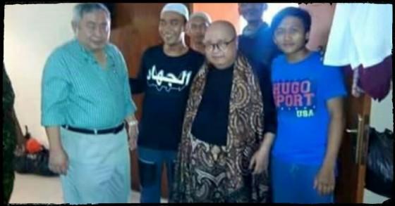 Lius Sungkharisma Bersama Jaya Suprana Mengunjungi Posko Kemanusiaan FPI. (FPI.or.id)