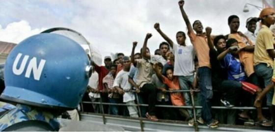 Pasukan Perdamaian PBB mengawasi warga Timor Timur (Foto: Deutsche Welle)