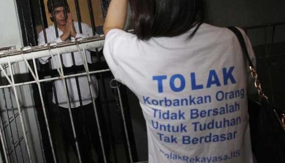 Terdakwa kasus kejahatan tak senonoh di Jakarta International School (JIS), Agun Iskandar (kiri) diberi semangat sebelum jalani sidang pembacaan putusan atau vonis di Pengadilan Negeri Jakarta Selatan, 22 Desember 2014. Agun Iskandar divonis pidana penjara 8 tahun dengan denda Rp 100 juta subsider 3 bulan penjara. (Tempo.co)