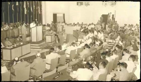 Sukarno berpidato dalam Konferensi Asia Afrika di Bandung, Jawa Barat, 1955. Foto: (historia.id)
