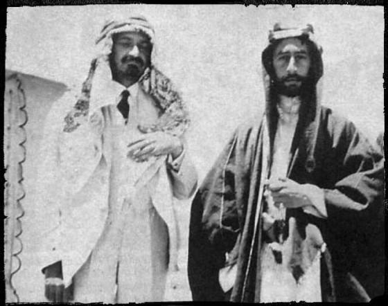 Faisal (kanan) dengan Chaim Weizmann (juga memakai pakaian Arab sebagai tanda persahabatan) di Suriah, 1918. (wikipedia commons)