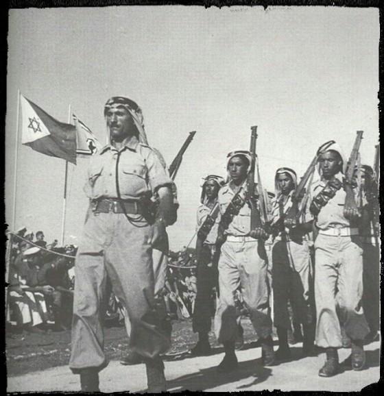 Prajurit Bedouin IDF Rumat al-Heib (عرب الهيب) saat parade militer di Tel-Aviv pada bulan Juni 1949. (wikipedia commons)