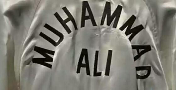Gaya jubah kebesaran petinju Muhammad Ali. Sumber: Complex.com