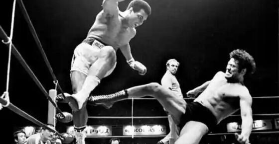 Gaya petinju Muhammad Ali di dalam ring. Sumber: Complex.com