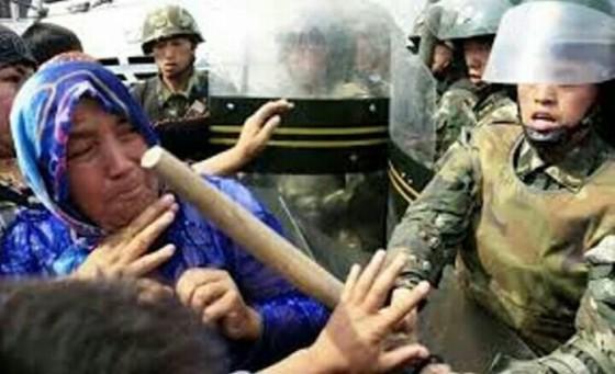 Muslimah di Xinjiang ditindak aparat (ilustrasi)