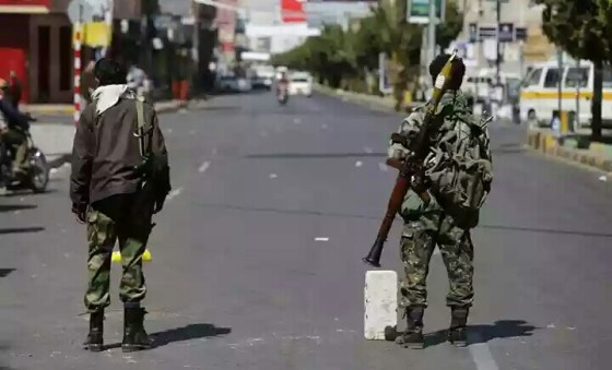 Dua orang pemberontak Syiah Hautsi sedang berjaga di jalan raya