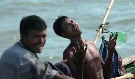 Pengungsi berdoa di atas perahu
