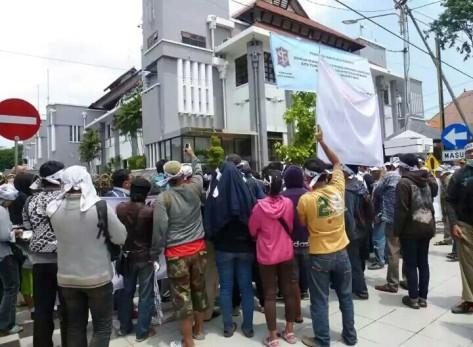 Salah satu aksi dukungan terhadap Bu Risma di Balaikota Surabaya pekan lalu. Dari segenap lapisan masyarakt ikut serta. (foto by Bakwan Ku Pangsit Ku)