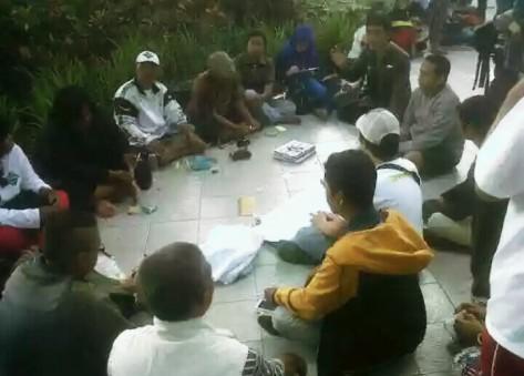 Berbagai elemen dan kelompok pendukung gerakan moral #SaveRisma rapat koordinasi dadakan untuk merapatkan barisan di Taman Bungkul, Minggu pagi lalu (foto by Muhyi Bcp)
