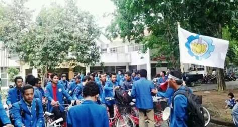 Bukan hanya masyarakat, mahasiswa pun tak mau ketinggalan mendukung Bu Risma. Keluarga Mahasiswa ITS melakukan longmarch dengan bersepeda dari kampus ITS menuju Balaikota Surabaya (foto by R Panji Bambang Kuntjoro)