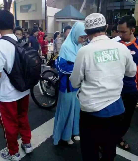 Warga swadaya memasang atribut apapun di baju/jaket yang penting ada tulisan Save Risma (foto by Iwan Hadi)