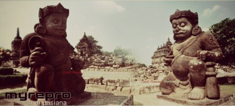 Sepasang arca Dwarapala di bagian depan Candi Plaosan Lor