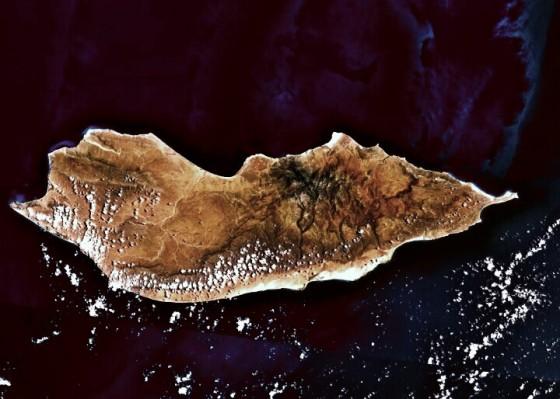 Citra satelit Suquthra 12°29′20,97″LU 53°54′25,73″BT / 12,48333°LU 53,9°BT (wikipedia)