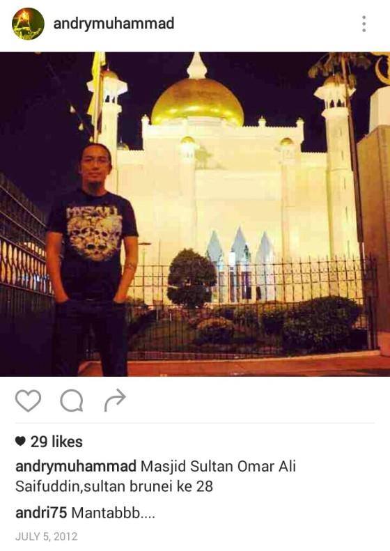 Andry Muhammad saat disebuah masjid di Brunei. Foto: Instagram.