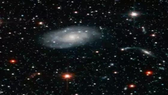 Gambar diatas adalah foto Galaksi Adromeda tetangga dekat dari Galaksi Bimasakti (Milkyway) tempat matahari dan bumi kita ini berada.