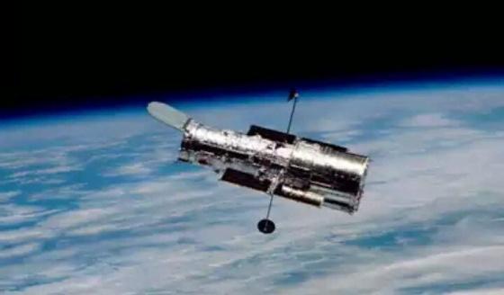 Ini adalah gambar satelit Huble yang mengorbit diatas bumi pada ketinggian sekitar 40 s/d 50 km membawa alat untuk meneropong bintang dilangit. Dari satelit Huble ini manusia bisa mengamati Galaksi dan bintang yang tersebar di seluruh alam jagat raya.