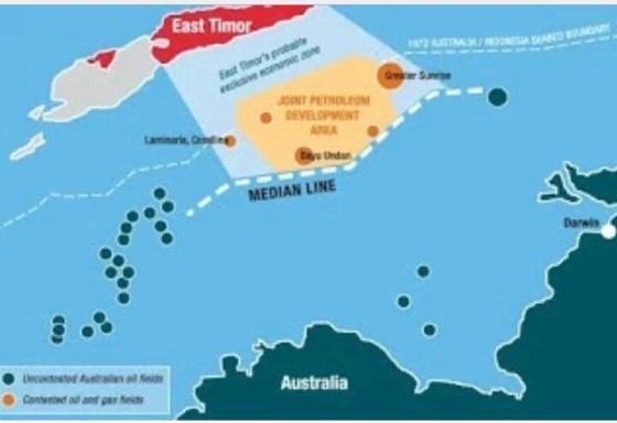 Rakyat Timor Leste yang geram menuntut perundingan penetapan batas maritim kedua negara, kemarin mereka kembali menggeruduk gedung Kedutaan Australia di Dili.