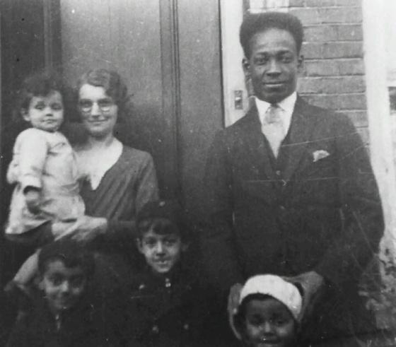 Anton de Kom ber foto bersama istri dan anak-anaknya. Foto: tweedewereldoorlog.jpg