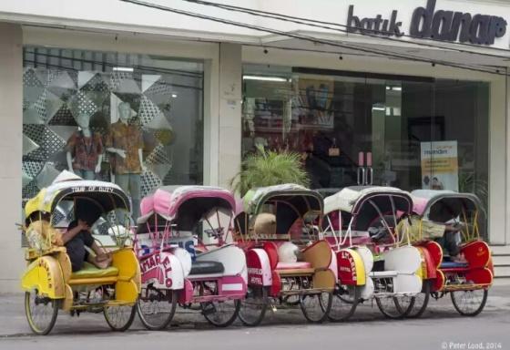 Becak adalah salah satu moda transportasi paling umum di Solo. Photographs Becak of Solo, Indonesia, 2014 by Peter Loud.