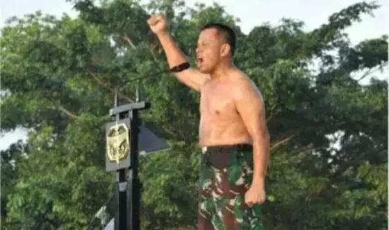 Demi mewujudkan impian almarhumah Ibunya, Panglima TNI Gatot Nurmantyo rela mengikuti dan menempuh latihan dasar Kopassus layaknya prajurit biasa. Foto: militermeter.com