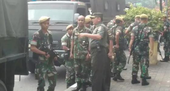 TNI berjaga-jaga di luar halaman